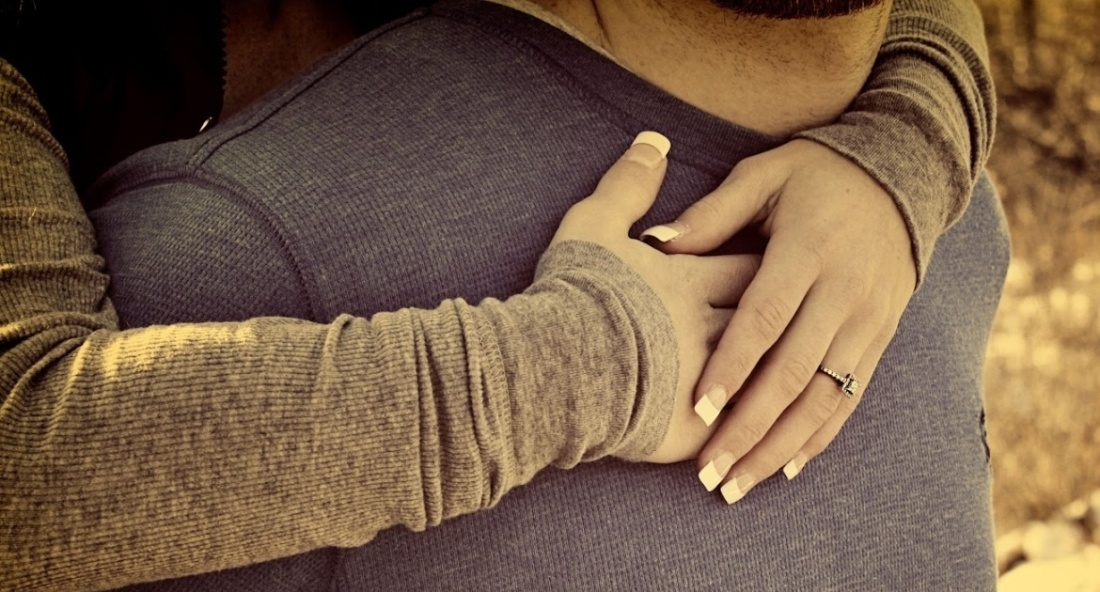 couple-love-hugging-hug-miss-alone-sad-girls-kissing-kiss-cute-emo-making-love-photography-tumblr-photography-1375874471